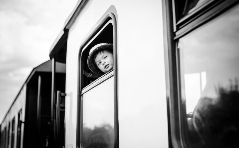 Familienshooting: über Feld undBahngleis